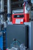 与天然气燃烧器的现代大功率工业燃气锅炉在燃气锅炉植物中 免版税库存照片