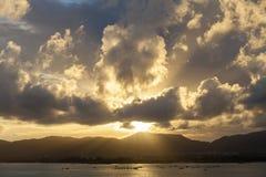 与天空、云彩在山和安达曼海的日落在普吉岛 库存图片
