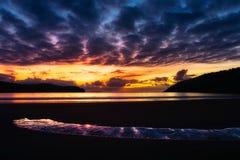 与天空反射的Plentzia海滩在水坑 免版税库存图片