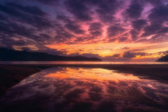 与天空反射的Plentzia海滩在水坑 免版税库存照片