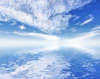 与天空反映的美好的海洋海运视图。 免版税库存图片