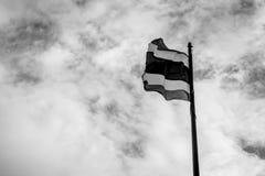 与天空口气的泰国旗子黑白为在和平Th的上升 库存照片
