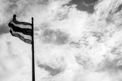 与天空口气的泰国旗子黑白为在和平Th的上升 免版税库存图片