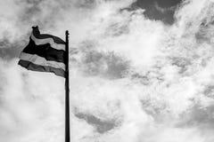 与天空口气的泰国旗子黑白为在和平Th的上升 库存图片