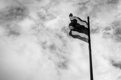 与天空口气的泰国旗子黑白为在和平Th的上升 免版税库存照片