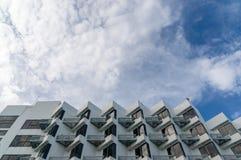 与天空和云彩的大厦 库存照片