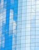 与天空和云彩的现代玻璃skycrapers背景 免版税图库摄影