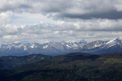 与天空和云彩的高山峰顶 免版税库存照片