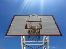 与天空和光线的篮球篮 库存照片