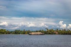 与天空和棕榈树的居住船 库存照片