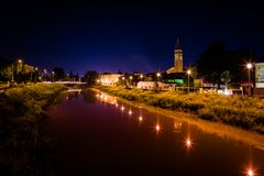 与天空和河的都市晚上横向 库存图片