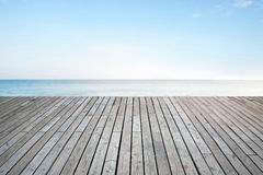 与天空海的老垂直的镶边木大阳台 库存图片