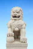 与天空的中国皇家狮子雕象 免版税库存照片