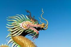 与天空的中国龙 免版税库存照片