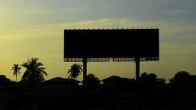与天空的剪影空白的广告牌在日落 免版税库存照片