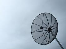 与天空的卫星盘 免版税库存图片