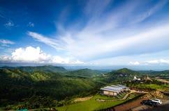 与天空的山风景 免版税库存照片