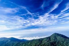 与天空的山风景 免版税库存图片