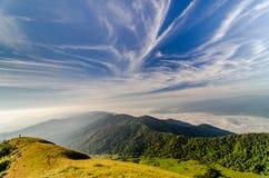 与天空的山风景 库存图片