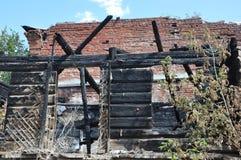 与天空的火废墟 免版税库存照片