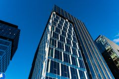 与天空的现代玻璃skycrapers背景和云彩反射和城市 库存图片