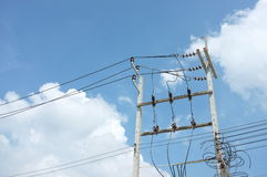 与天空的电定向塔 库存照片