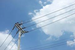与天空的电定向塔 图库摄影