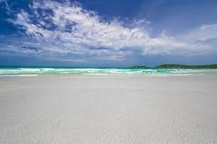 与天空的美丽的海海滩 库存照片