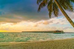 与天空的美好的日落在风平浪静在热带马尔代夫是 免版税图库摄影