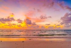 与天空的美好的日落在风平浪静在热带马尔代夫是 免版税库存图片