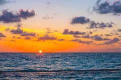 与天空的美好的日落在风平浪静在热带马尔代夫是 免版税库存照片