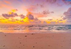 与天空的美好的日落在风平浪静在热带马尔代夫是 库存照片