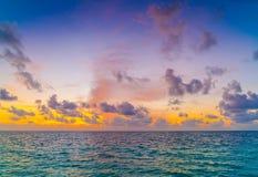 与天空的美好的日落在风平浪静在热带马尔代夫是 图库摄影