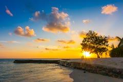 与天空的美好的日落在风平浪静在热带马尔代夫isl 库存照片
