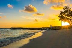 与天空的美好的日落在风平浪静在热带马尔代夫isl 库存图片