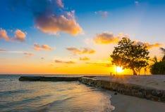 与天空的美好的日落在风平浪静在热带马尔代夫isl 免版税库存照片