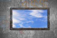 与天空的老木制框架窗口覆盖在墙壁上的看法 免版税库存图片