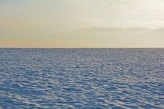 与天空的雪小山早晨 图库摄影