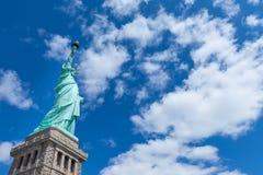 与天空蔚蓝和云彩在一好日子,纽约,美国的自由女神像 库存图片