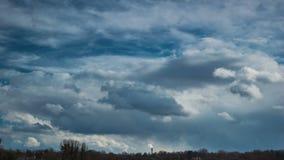 与天空蔚蓝和云彩的剧烈的时间间隔 股票录像