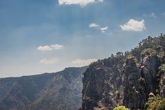 与天空蔚蓝和云彩的柱子岩石 免版税库存照片