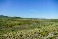 与天空蔚蓝和云彩的风景,在瑞典斯堪的那维亚北部欧洲 图库摄影