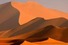 与天空蔚蓝和云彩,Sossusvlei,纳米比亚沙漠,纳米比亚,非洲南部的大橙色沙丘 红色沙子,最大的讨债者在世界上 库存照片