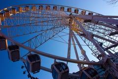 与天空蔚蓝对比的高弗累斯大转轮 图库摄影