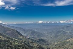 与天空蔚蓝的小山阴影 免版税图库摄影
