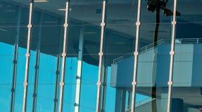 与天空蔚蓝的抽象修造的玻璃窗 免版税库存图片