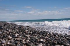 与天空蔚蓝的海滨 免版税库存照片