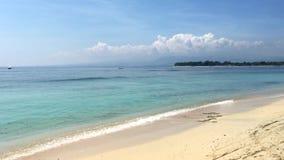 与天空蔚蓝的白色沙滩和背景的,Gili Trawangan,印度尼西亚,4k英尺长度录影龙目岛海岛 影视素材