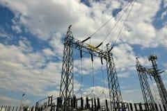 与天空蔚蓝的高压电Tranformer 免版税图库摄影