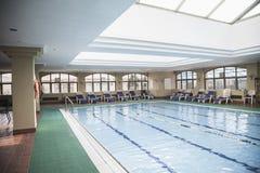 与天窗的大,室内游泳池。 免版税库存照片
